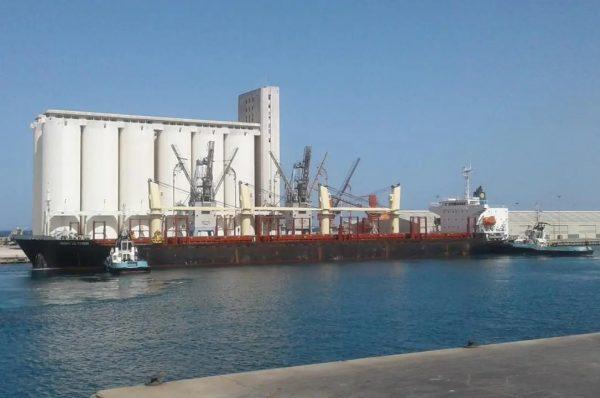 ميناء مصراتة يستقبل عددًا من السفن التجارية
